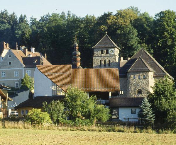 Waffenbrunn, ein ruhiger Ferien- und Erholungsort im Land der Regenbogen, befindet sich in nur 6 km Entfernung zur sehenswerten Kreisstadt Cham.