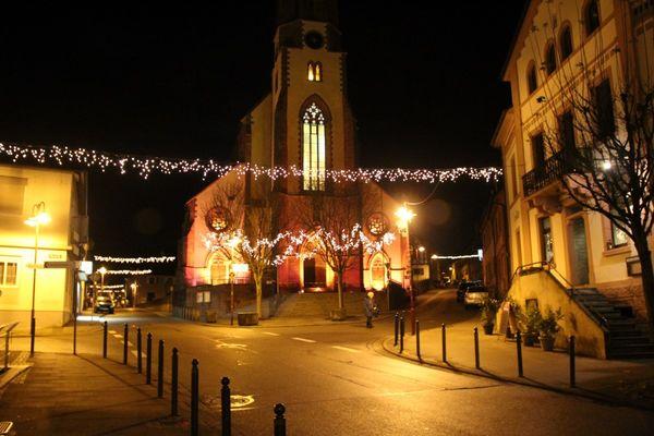 Katholische Stadtpfarrkirche bei Nacht