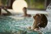 Frau unter Wasserstrahl