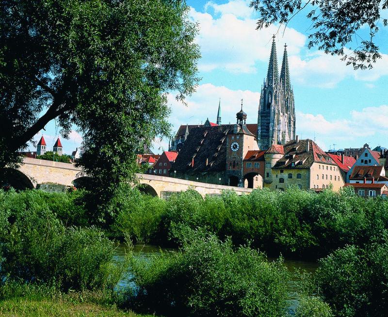 Blick über die Steinerne Brücke auf den Dom in Regensburg
