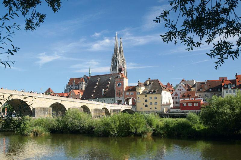 Blick auf Regensburg mit der Steinernen Brück und dem Dom