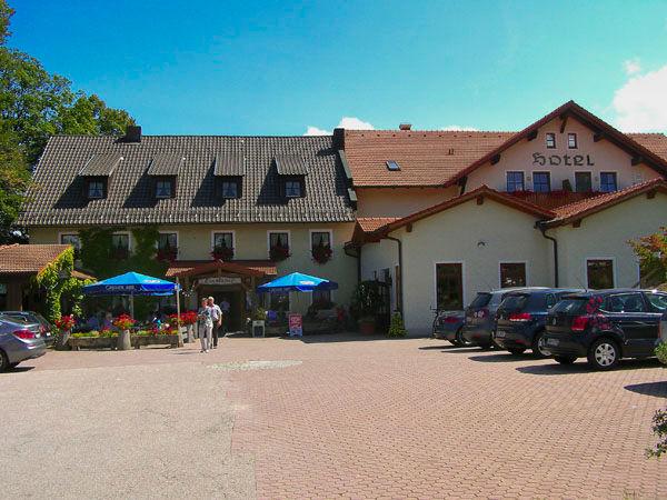 Blick auf das Hotel-Gasthof Lindenhof in Hetzenbach bei Zell im Vorderen Bayerischen Wald
