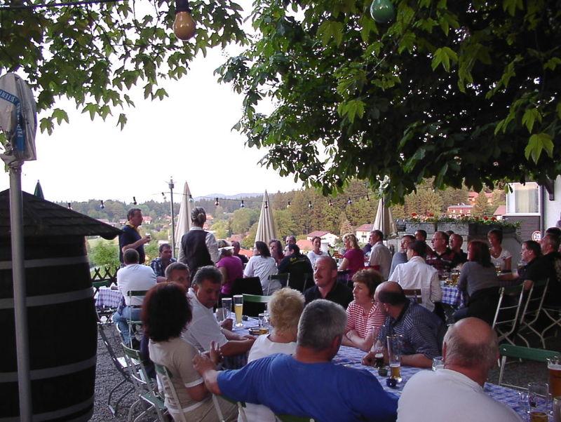 Gemütlichkeit im urigen Biergarten im Hotel Gottinger in Waldkirchen