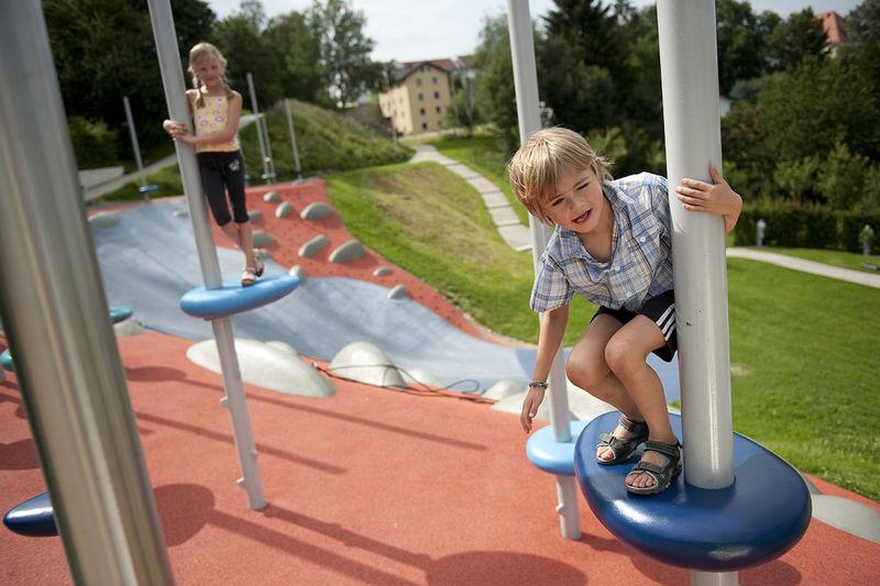 Der Rundweg beginnt am Stadtpark mit dem einzigartigen Spielplatz bodenlos