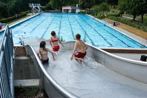 Kinderspaß auf der Breitwasserrutsche im Karoli-Badepark in Waldkirchen
