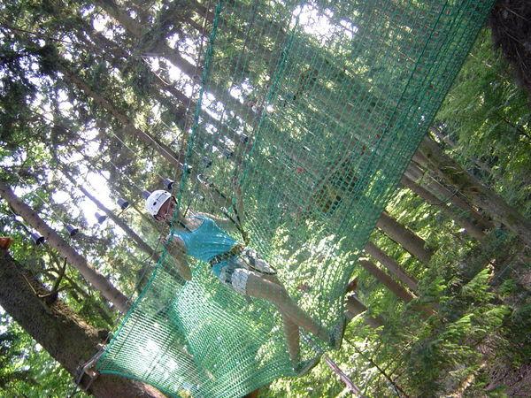 Von Baum zu Baum in Fangnetzen im Kletterwald Waldkirchen