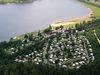 Blick von oben auf den Campingplatz am Perlsee bei Waldmünchen
