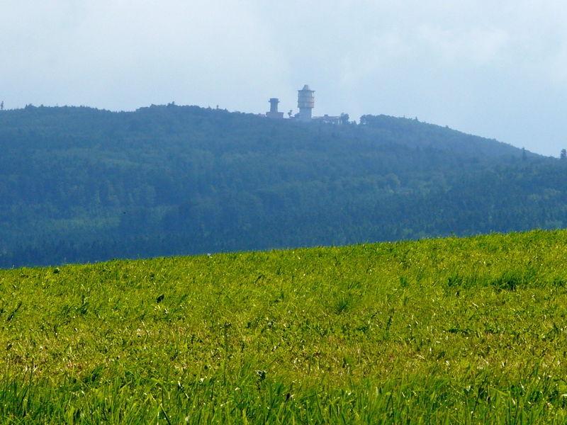 Blick von Herzogau zum Čerchov auf dem Glasschleiferweg in Waldmünchen