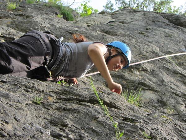 Gesichert in der Felswand beim Kletterabenteuer am Roßhof bei Waldmünchen