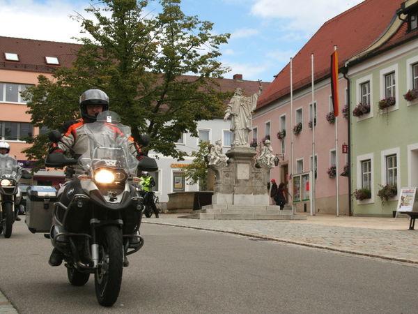 Motorradfahrer in der historischen Altstadt von Waldmünchen im Naturpark Oberer Bayerischer Wald