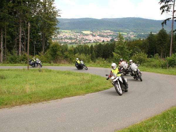 Biker lieben die kurvigen Straßen bei Waldmünchen im Naturpark Oberer Bayerischer Wald