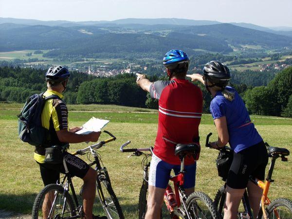 Mountainbiker mit Blick über das Waldmünchner Urlaubsland