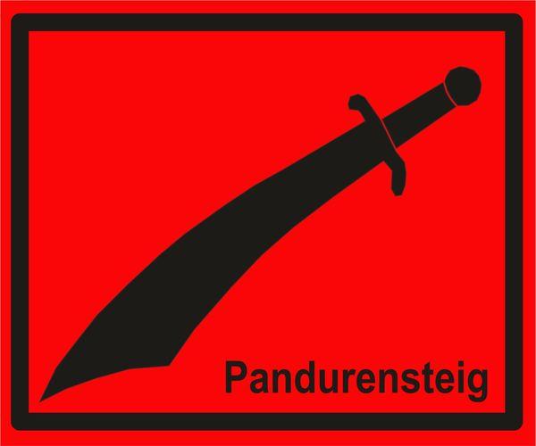 Wegemarkierung Pandurensteig: Schwarzer Krummsäbel auf rotem Hintergrund