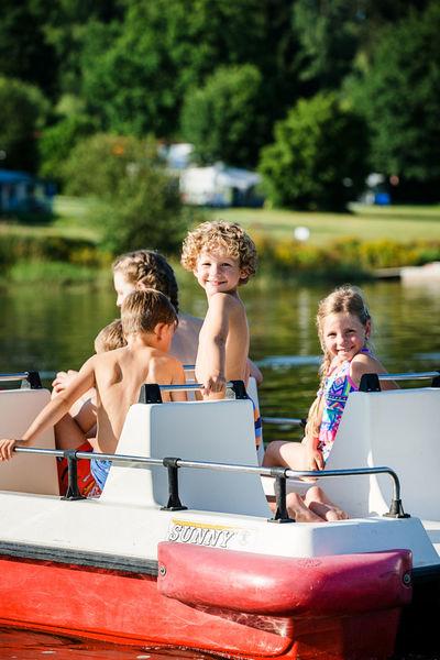 Den Perlsee Walmünchen kann man per Tretboot erkunden