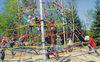 Kinderspaß in der Kletterspinne im Erlebnisspielplatz am Perlsee