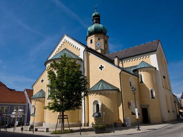 Blick auf die Stadtpfarrkirche ST. STEPHAN im Luftkurort Waldmünchen