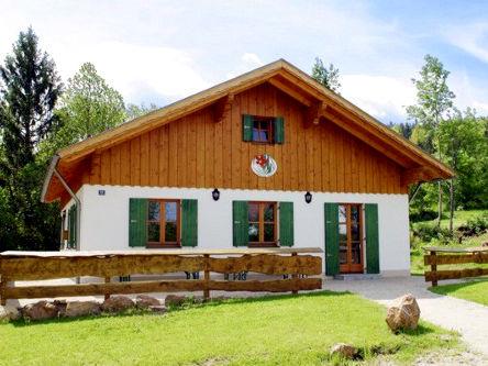 Blick auf die Waldvereinshütte Waldhäusl in der Herzogau