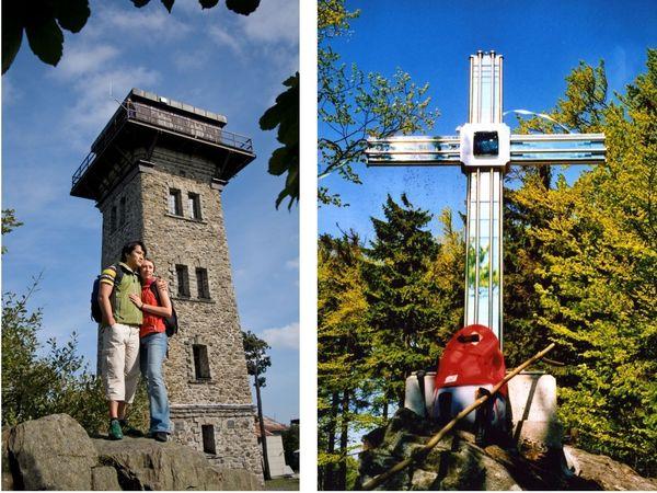 Wanderer am Aussichtsturm auf dem Cerchov (links) und das Glaskreuz am Gibacht (rechts)