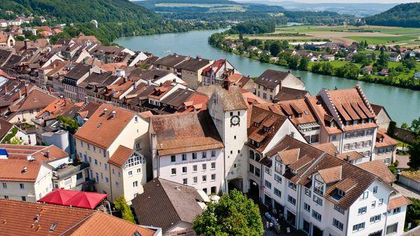 Blick auf das Untere Tor (Basler Tor) und den Rhein in Waldshut