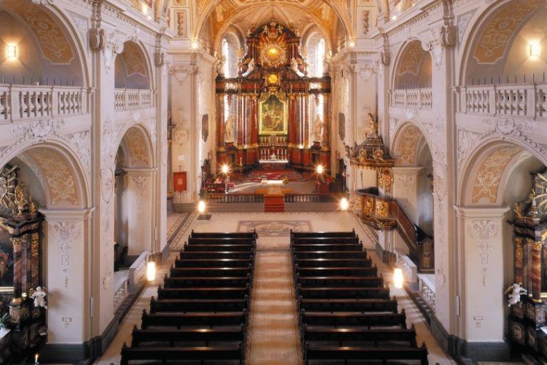 Altarraum der Basilika in Waldürn