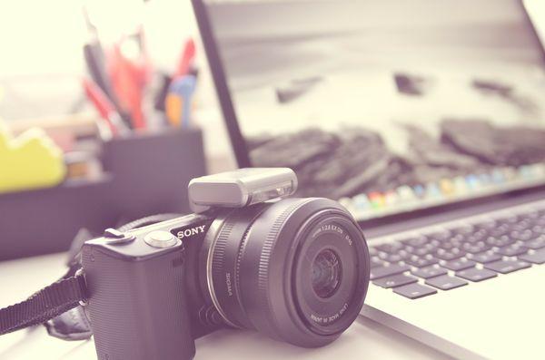 Beispielbild einer Kamera mit Laptop
