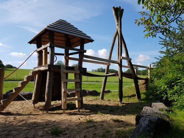 Spielturm mit Brücke