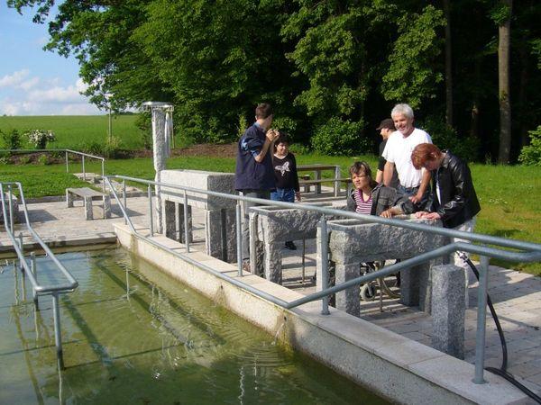 Besucher bei der Kneipp-Anlage Attel.