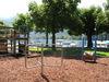 Lauffass und Drehkarusell auf dem Spielplatz