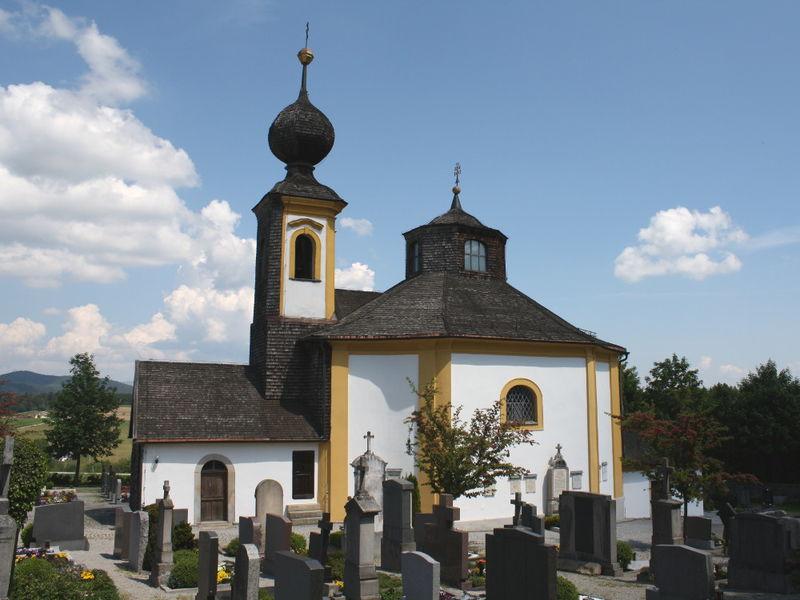 Blick auf die Barockkirche SANKT ANNA mit Pfarrfriedhof in Wegscheid