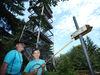 Wanderer beim Aussichtsturm auf dem Friedrichsberg bei Wegscheid