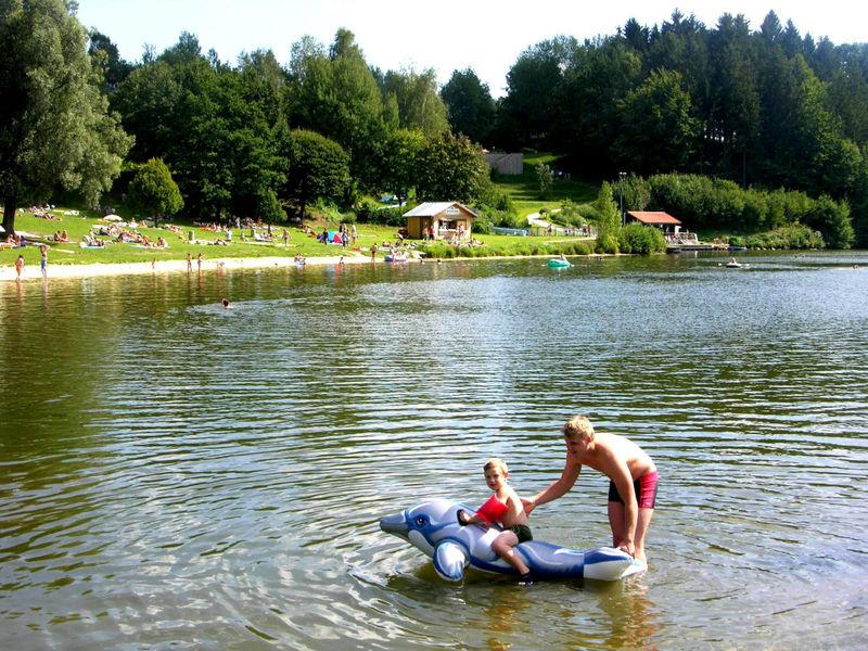 Badespaß für die ganze Familie bietet der Rannasee bei Wegscheid im südlichen Bayerischen Wald