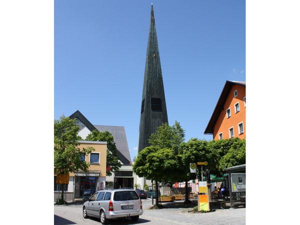 Blick auf die Pfarrkirche SANKT JOHANNES DER TÄUFER in Wegscheid
