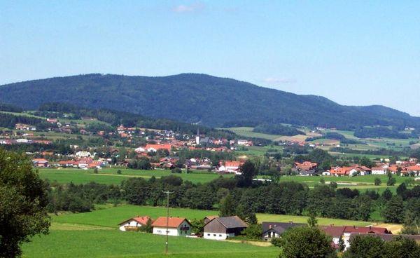 Weiding: Der beliebte Ferienort - dessen Wirte und Pensionen für ihre Gastfreundschaft bekannt sind - liegt an den östlichen Ausläufern des Frauensteinrückens.