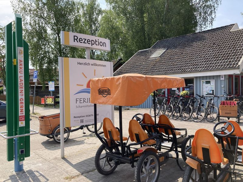 Ladesäule vor der Rezeption Ferienpark Wendisch Rietz, Foto: Laura Beister, Lizenz: Seenland Oder-Spree