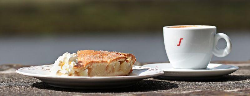 Apfelkuchen mit Kaffee