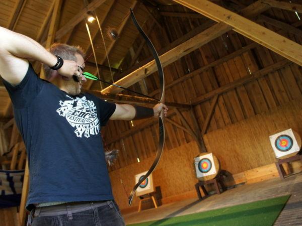 Freizeiterlebnis beim traditionellen Bogenschießen im Umweltzentrum Wiesenfelden