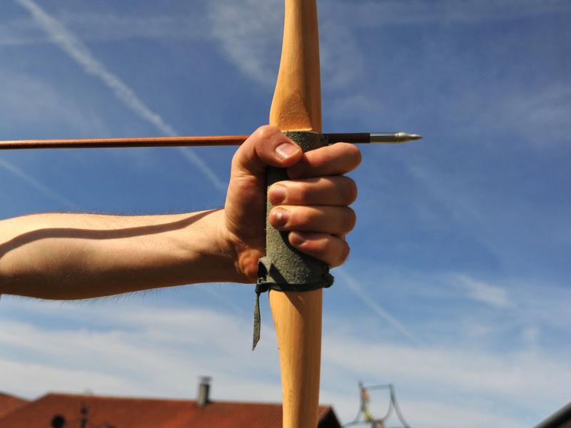 Ziel mit Bogen und Pfeil anvisiert, beim Bogenschießen im Umweltzentrum Wiesenfelden