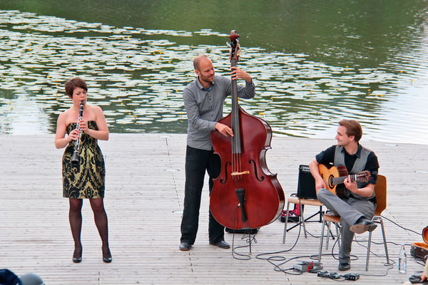 Musiker auf der Seebühne in Wiesenfelden.