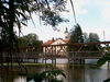 Blick über den Naturbeobachtungssteg zur Pfarrkirche in Wiesenfelden