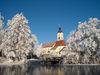 Blick im Winter über den Weiher zur Pfarrkirche MARIÄ HIMMELFAHRT in Wiesenfelden