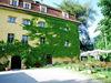 Eingang und Garten von Schloss Wiesenfelden im Vorderen Bayerischen Wald