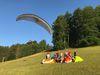 Gleitschirmflieger und Gruppe am Skilift Bläsiberg in Wiesensteig