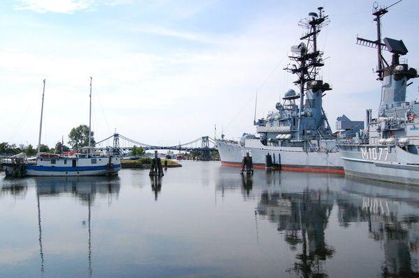Hafenbecken mit Marinemuseum und Kaiser-Wilhelm-Brücke
