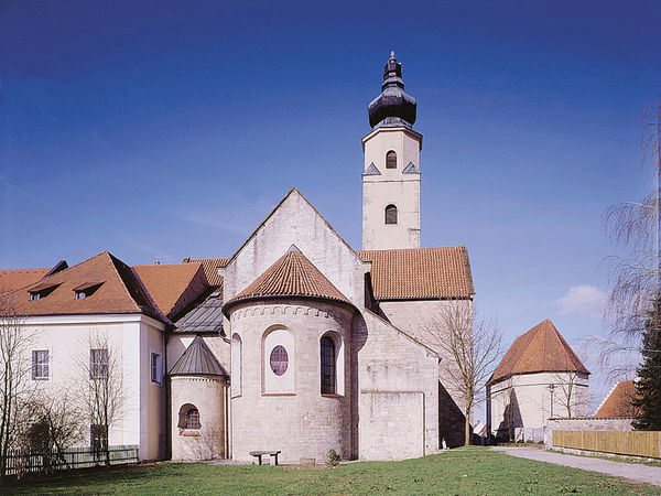 Blick auf die Prämonstratenser Abtei Windberg an den Ausläufern des Bayerischen Waldes