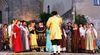 Darsteller mit prächtigen Kostümen beim Windberger Festspiel