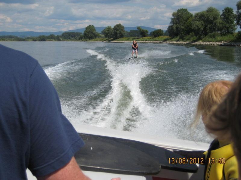 Action und Spannung beim Wasserskilaufen auf der Donau bei Winzer