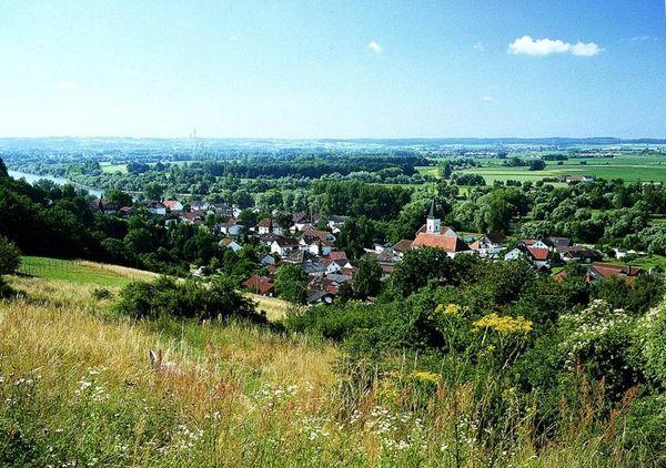 Winzer wurde erstmals 1005 in einer Urkunde des Klosters Niederalteich erwähnt. Der Name kommt vom lateinischen Vinitor (=Weinpflanzer).