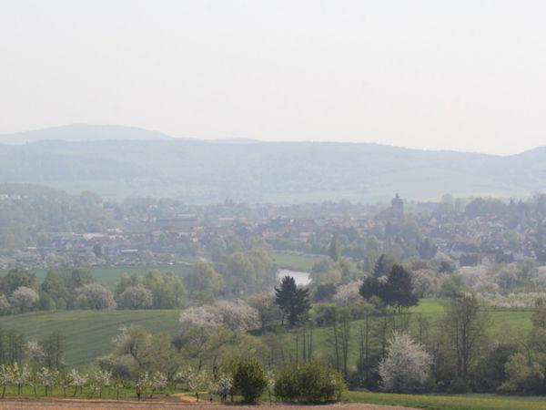Blick vom Burgberg auf Witzenhausen und die Werra zur Kirschblütenzeit
