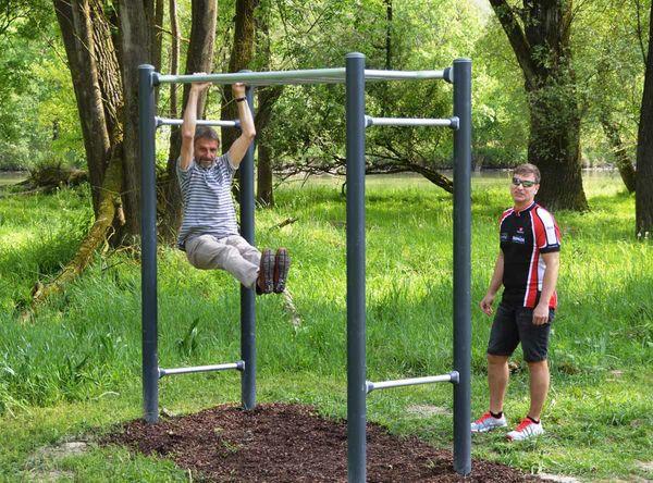 Sport im Freien am Bwegungsparcours in der Gemeinde Niederaichbach / Wörth an der Isar