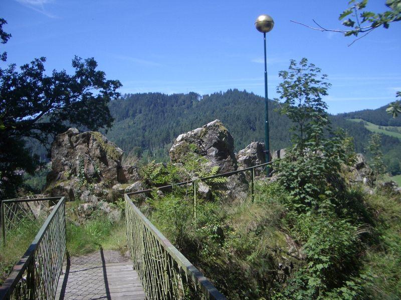 Der Steg führt zum Felsen und zum Aussichtspunkt an der Goldenen Kugel